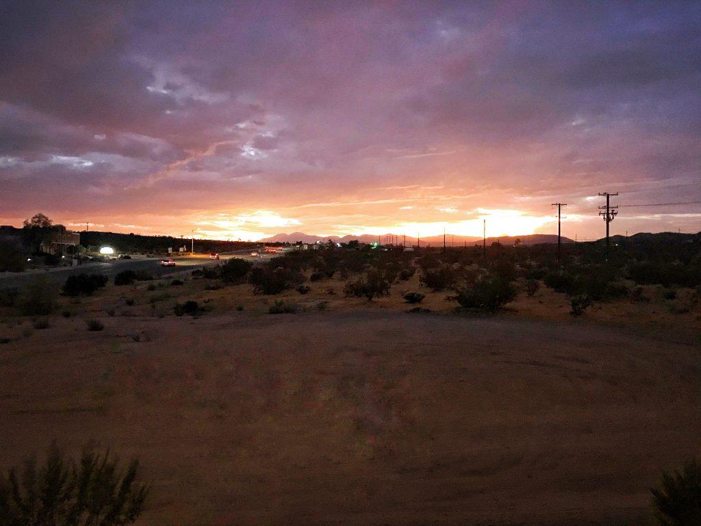 Joshua Tree zachód słońca z okna motelu